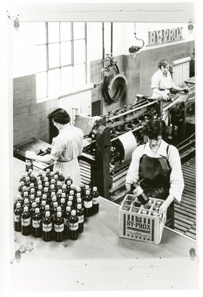 Women at Pumpherston detergent plant image