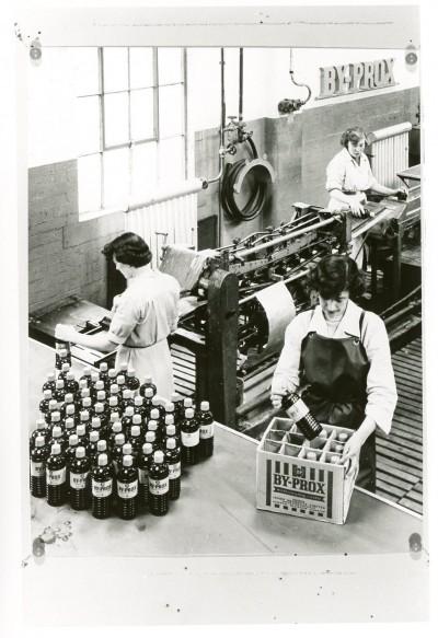 Women at Pumpherston detergent plant image