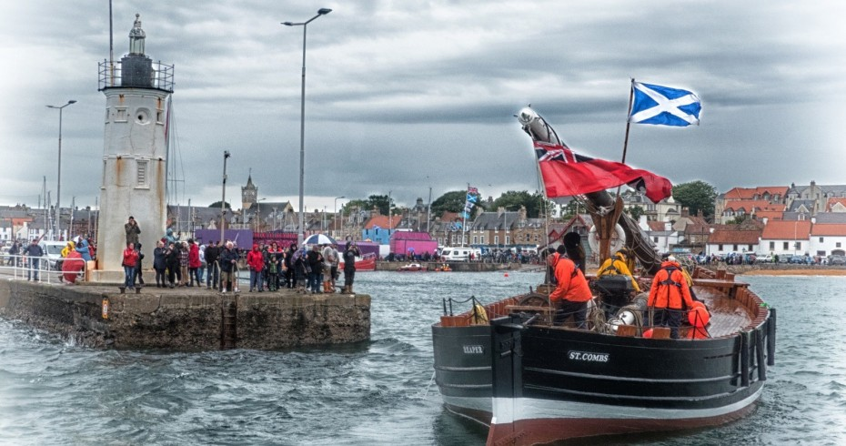 photograph of reaper coming in to anstruther harbour